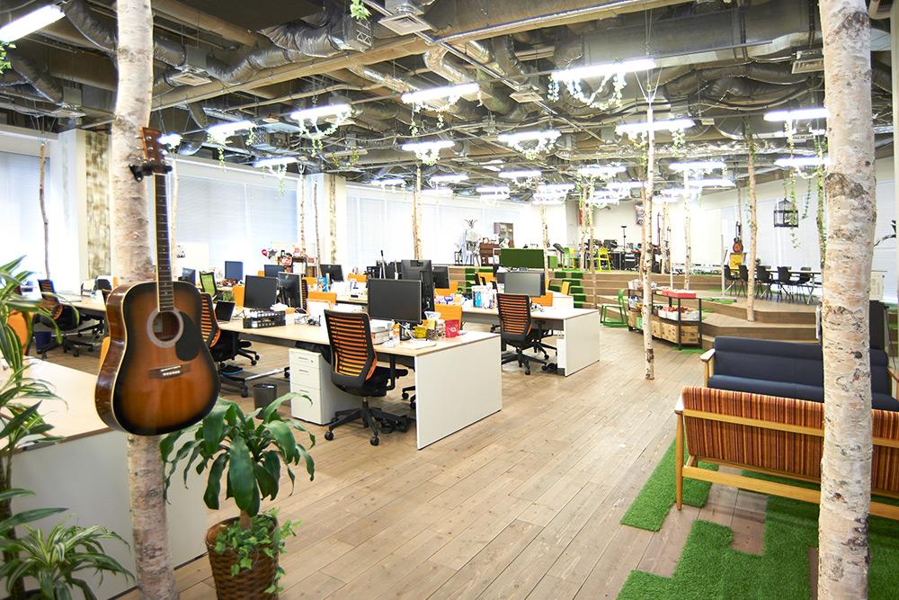 【オフィス紹介】オフィスに木!?自然的で開放感のあるフリークアウトの「森フェス」
