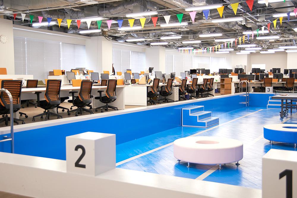 【オフィス紹介】オフィスに巨大プール!?にぎやかなフリークアウトの「海フェス」